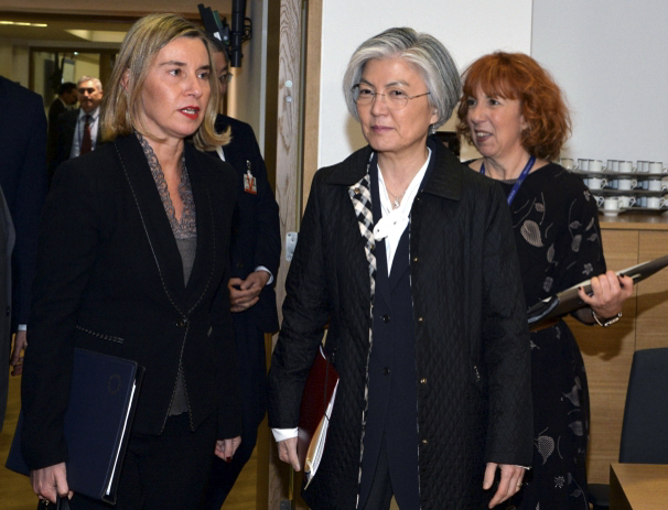 Foreign Minister Kang Kyung-wha (R) attends a round-table meeting of the European Union`s Foreign Affairs Council on March 19, 2018 in Brussels, Belgium. (photo courtesy of the EU) (Yonhap)