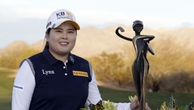 In this Associated Press photo, Park In-bee of South Korea poses with the champion`s trophy after winning the Bank of Hope Founders Cup on the LPGA Tour at Wildfire Golf Club at JW Marriott Phoenix Desert Ridge Resort & Spa in Phoenix, Arizona, on March 18. (Yonhap)