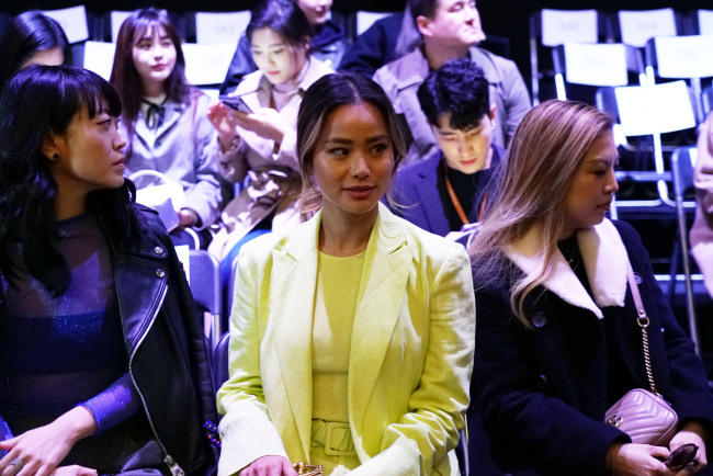 American actress Jamie Chung shows up wearing a bright yellow-and-green suit at the fall-winter collection show of Korean brand A. Bell.