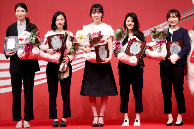 The women`s short track team of Shim Suk-hee, Kim Ye-jin, Kim A-lang, Lee Yu-bin and Choi Min-jeong (from left) pose for a photo after winning the clean sports award at the 23rd Coca-Cola Sports Awards in Seoul on Wednesday. (Yonhap)