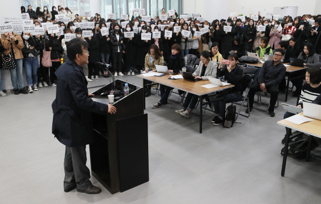 Novelist and former Dongduk Women's University professor Ha Il-ji speaks to reporters during a press conference in Seoul on Monday, after announcing his resignation from his teaching post. His students, protesting against his recent remarks on the ongoing #MeToo movement, attended the event holding signs demanding his public apology. (Yonhap)