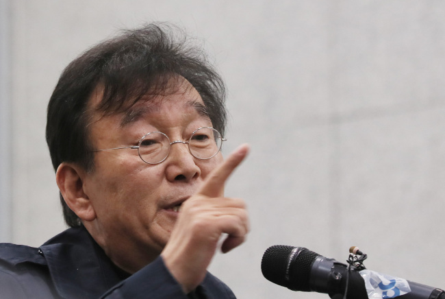 Novelist Ha Il-ji, who claims ex-governor An`s alleged victims have made their accusations because they were `jealous.` (Yonhap)