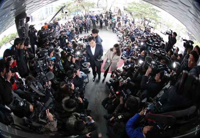 An Hee-jung speaks to reporters Monday after arriving at the Seoul Western District Prosecutors' Office for questioning. (Yonhap)