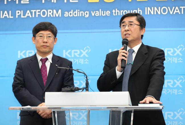 Kosdaq Market CEO Jung Un-su (left) and Kosdaq Market Committee Chairman Khil Jae-uk. (The Korea Exchange)