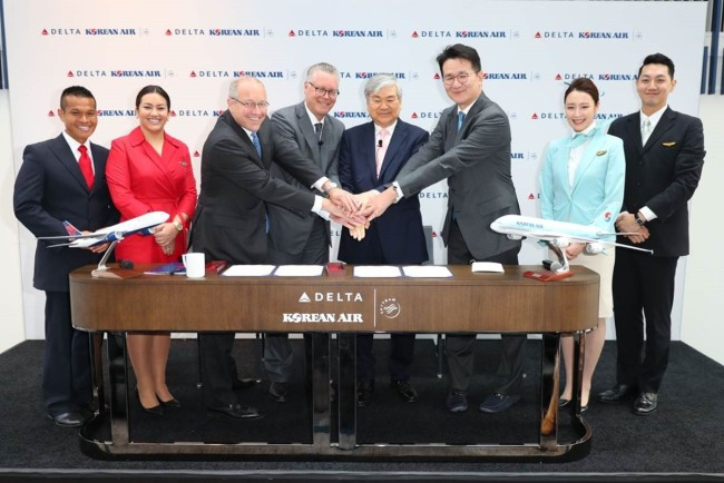 Hanjing Group Chairman Cho Yang-ho (fourth from right) and Korean Air CEO Cho Won-tae (third from right) pose for a photo after signing a contract for partnership with Delta Air Lines CEO Ed Bastian (fourth from left) in Los Angeles on June 23, 2017. (Korean Air)