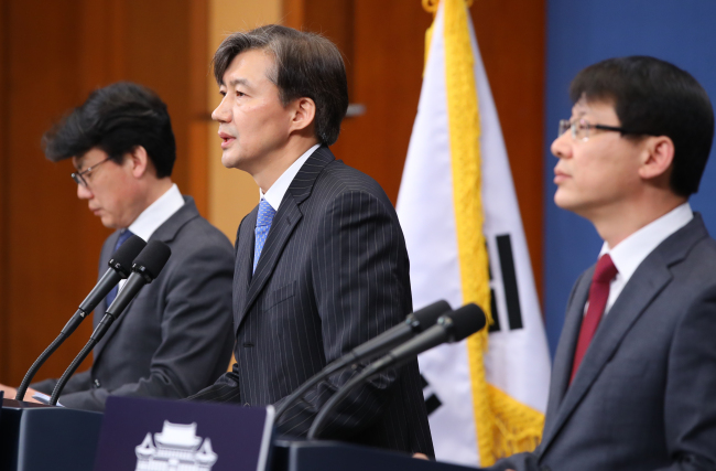 Cho Guk, the senior presidential secretary for civil affairs (center), announces the government proposal on constitutional reform at Cheong Wa Dae on Thursday. (Yonhap)