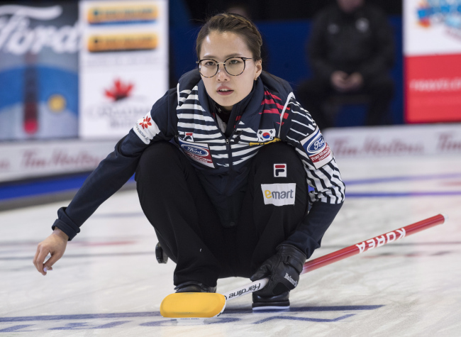 South Korea skip Kim Eunjung watches her shot in a match against Scotland at the women's curling world championships Friday, March 23, 2018, in North Bay, Ontario. (AP-Yonhap)
