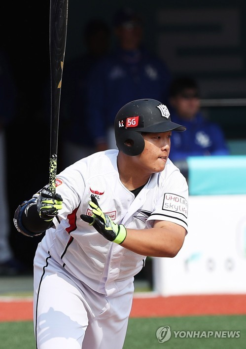In this file photo taken on March 13, 2018, Kang Baek-ho of the KT Wiz hits an RBI grounder in a Korea Baseball Organization preseason game against the Samsung Lions at KT Wiz Park in Suwon, 45 kilometers south of Seoul. (Yonhap)