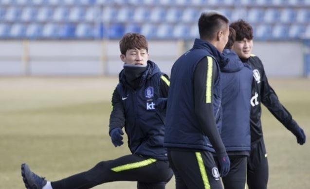 South Korean national football team midfielder Lee Jae-sung (L) trains with his teammates at Ruch Chorzow Stadium in Chorzow, Poland, on March 25. (Yonhap)