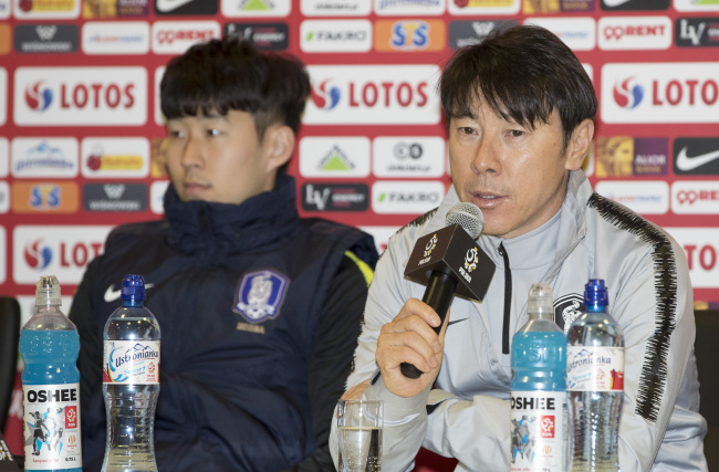 South Korea men`s national football team head coach Shin Tae-yong (R) speaks at a press conference at Silesian Stadium in Chorzow, Poland, on March 26, 2018, one day ahead of South Korea`s friendly match against Poland. (Yonhap)