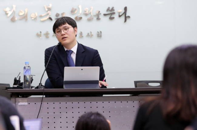 Lawyer Ha Hee-bong, who represents an alleged sexual harassment victim of former lawmaker Chung Bong-ju, speaks at a press conference in Seoul's Seocho District after the victim left the conference. Yonhap