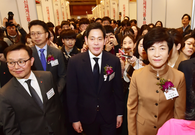Shinsegae Group Vice Chairman Chung Yong-jin (center) and the Employment and Labor Minister Kim Young-joo look around the booths at the Shinsegae Group and Partners Job Fair held in Seoul on Wednesday. (Yonhap)