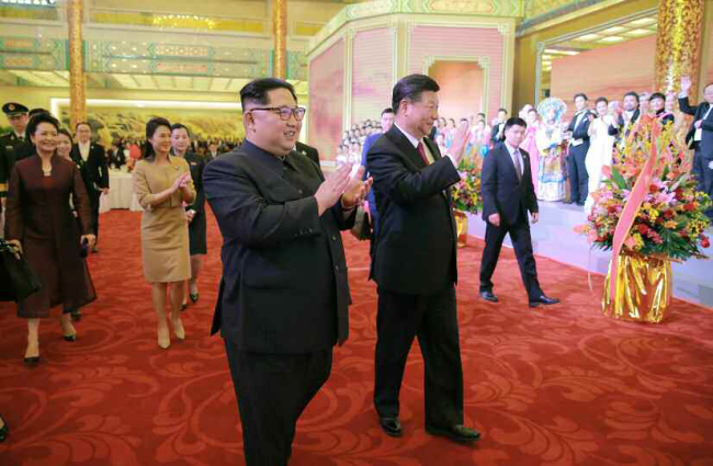 North Korean leader Kim Jong-un, left, and Chinese President Xi Jinping (Yonhap)