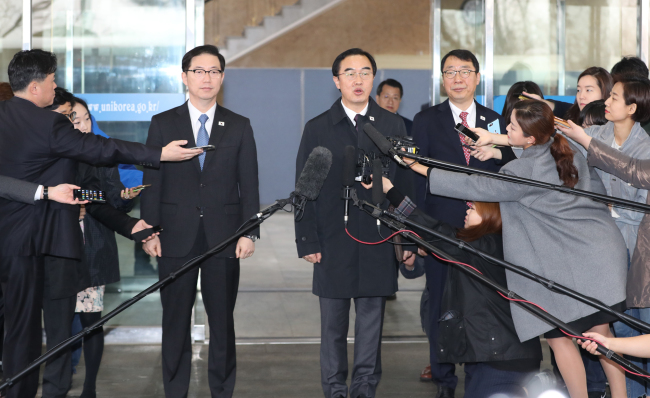 This photo, taken March 29, 2018, shows Unification Minister Cho Myoung-gyon (C), South Korea`s chief delegate for the two Koreas` high-level talks, speaking to reporters before leaving for North Korea for talks. (Yonhap)