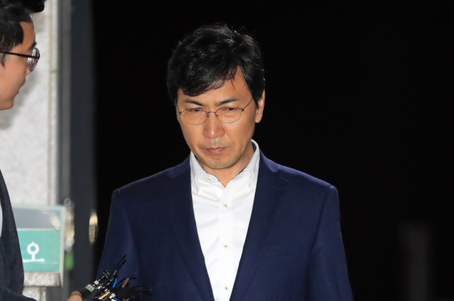 Former governor An Hee-jung leaves the detention center on Thursday around midnight. (Yonhap)