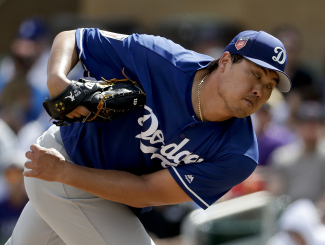 Los Angeles Dodgers starting pitcher Ryu Hyun-Jin throws against the Colorado Rockies during the first inning of a spring baseball game in Scottsdale, Arizona, on March 11, 2018. (AP-Yonhap)