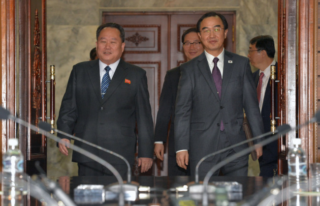 South Korean Unification Minister Cho Myoung-gyon (right) and North`s Ri Son-gwon enter the conference room on Thursday. Yonhap