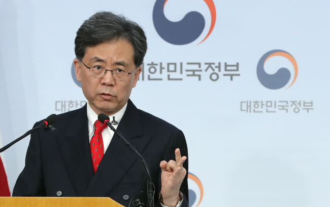 Trade Minister Kim Hyun-chong on Monday briefs on the negotiation results of the Korea-US Free Trade Agreement and the US tariff plan on steel imports. (Yonhap)