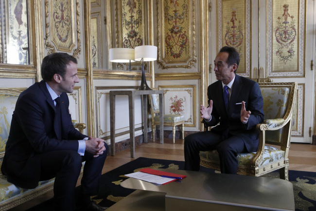 French President Emmanuel Macron (left) and Young Sohn, Samsung Electronics Chief Strategy Officer talk about artificial intelligence in Paris on Wednesday. (Reuters/Yonhap)