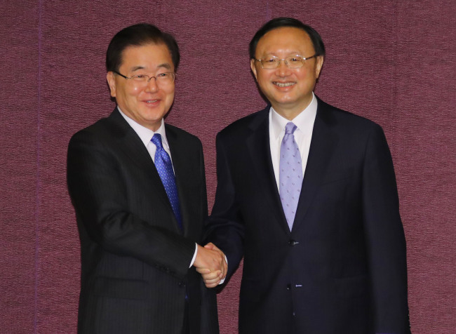 National Security Office chief Chung Eui-yong (left) and Chinese State Councilor Yang Jiechi pose ahead of their meeting in Seoul on Thursday. Yonhap