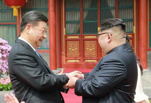 Chinese President Xi Jinping (left), North Korean leader Kim Jong-un (Yonhap)