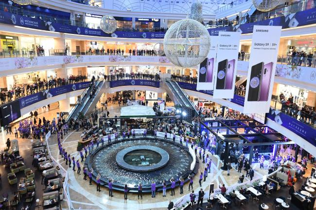 """GALAXY S9 IN RUSSIA -- Samsung Electronics features its latest Galaxy S9 smartphone series at the """"Galaxy Studio"""" experience zone inside a shopping mall in Moscow, Russia, on Sunday. The space will remain open until mid-April. In addition to Russia, Samsung has opened Galaxy S9 experience zones in other cities around the world including Guangzhou, New York and London throughout this month and early May. (Yonhap)"""