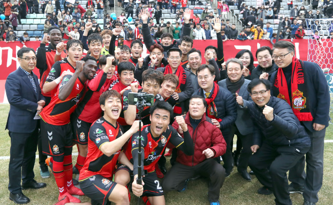 Gyeongnam FC players and officials take a selfie after getting 3-1 win over Sangju Sangmu in their K League 1 match at Changwon Football Center in Changwon, South Gyeongsang Province, on March 4. (Yonhap)