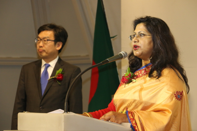 Bangladeshi Ambassador to Korea Abida Islam (right) speaks beside Suh Jeong-in, deputy minister for planning and coordination at the Ministry of Foreign Affairs, at the National Day reception in Seoul on March 26. (Bangladesh Embassy)