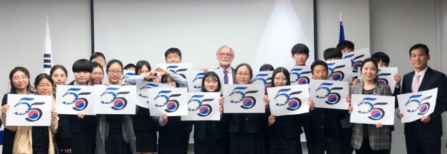 European Union Ambassador to Korea Michael Reiterer (center) poses with students of Insoo Middle School in Seoul and their teachers at the EU Delegation in Seoul on Wednesday. (European Union Delegation)