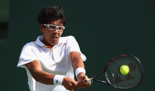 Chung Hyeon of South Korea hits a shot against John Isner of the United States during their quarterfinal match at the Miami Open on the ATP Tour in Miami, Florida, on March 28. (Yonhap)