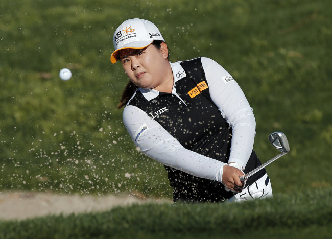 Park In-bee of South Korea hits a bunker shot at the sixth playoff hole against Pernilla Lindberg of Sweden at the ANA Inspiration at Dinah Shore Tournament Course at Mission Hills Country Club in Rancho Mirage, California, on April 2. (AP-Yonhap)