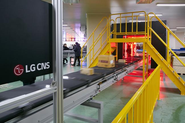 LG CNS` smart factory platform at work at a logistics center run by OURHOME (LG CNS)