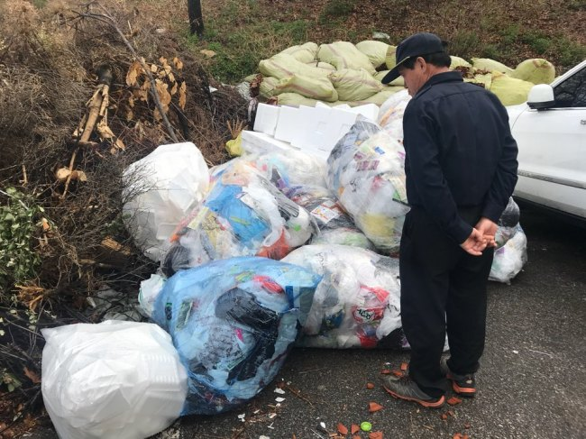 Plastic and foam waste are left at the back of SsangYong apartment complex in Gangnam, Wednesday, as the recyclables collection company refused to collect, due to low profitability. Bak Se-hwan/The Korea Herald