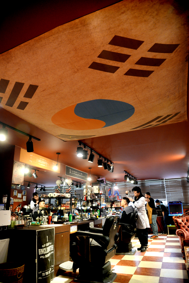 The inside view of Uncle Booth located in Yeongdeungpo (Photo by Park Hyun-koo / The Korea Herald)