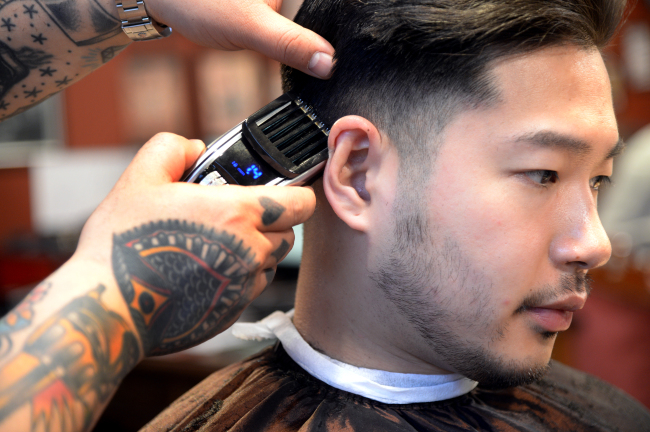 Cutting the edges with electric clipper (Photo by Park Hyun-koo / The Korea Herald)