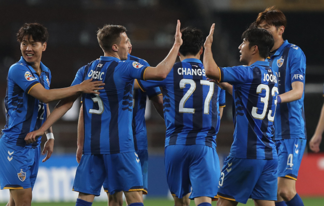 Ulsan Hyundai FC players celebrate after scoring their sixth goal against Melbourne Victory in their AFC Champions League Group F match at Munsu Football Stadium in Ulsan on April 4, 2018. (Yonhap)