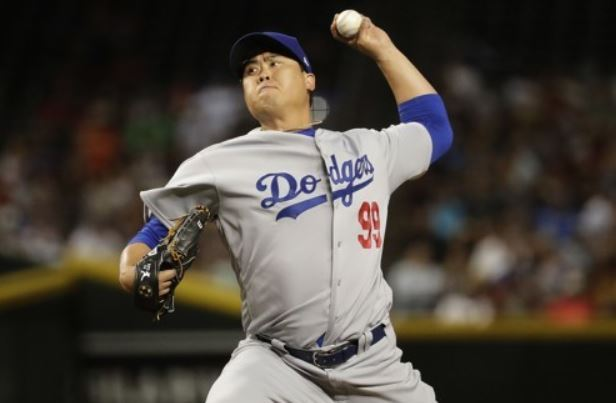 Ryu Hyun-jin of the Los Angeles Dodgers throws a pitch during the fourth inning of a major league regular season game against the Arizona Diamondbacks at Chase Field in Phoenix on April 2. (AP-Yonhap)