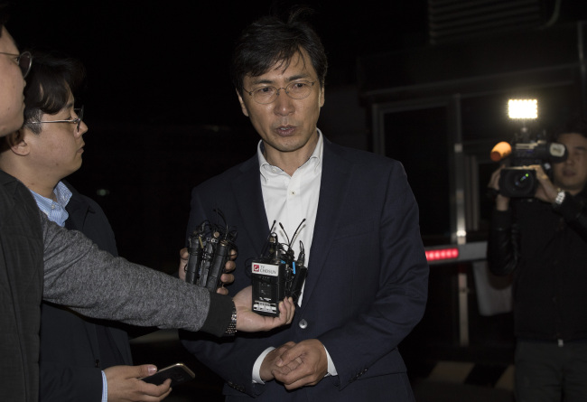 Former South Chungcheong Province Gov. An Hee-jung leaves the detention center in Seoul after a request for his arrest was rejected in the early hours of Thursday. Yonhap