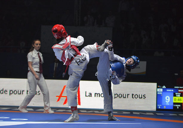 In this photo provided by World Taekwondo, South Korea`s Kang Mi-reu (R) competes against Russia`s Polina Shcherbakova in the women`s 44kg final at the World Taekwondo`s qualification tournament for the 2018 Youth Olympics in Hammamet, Tunisia, on April 7, 2018. (Yonhap)