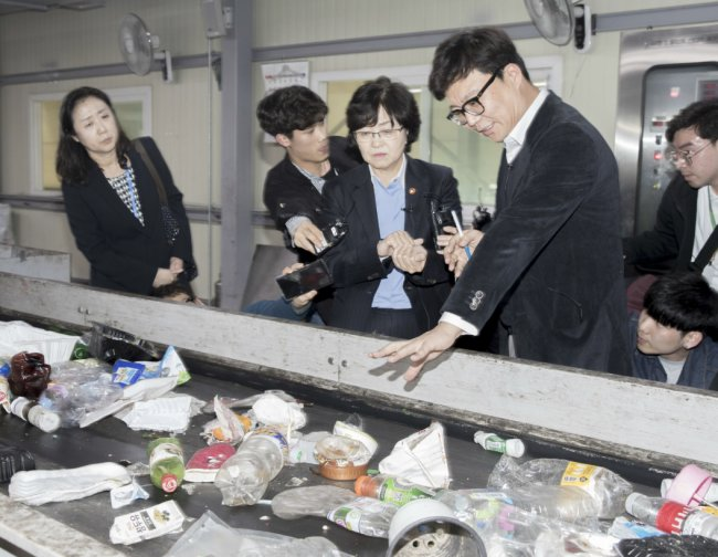 Environment Minister Kim Eun-kyung (center). Yonhap
