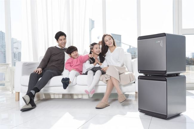 Models pose with Samsung Electronics' air purifier Cube. (Samsung Electronics)