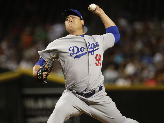 Ryu Hyun-jin of the Los Angeles Dodgers throws a pitch during the fourth inning of a major league regular season game against the Arizona Diamondbacks on April 2 at Chase Field in Phoenix. (AP-Yonhap)