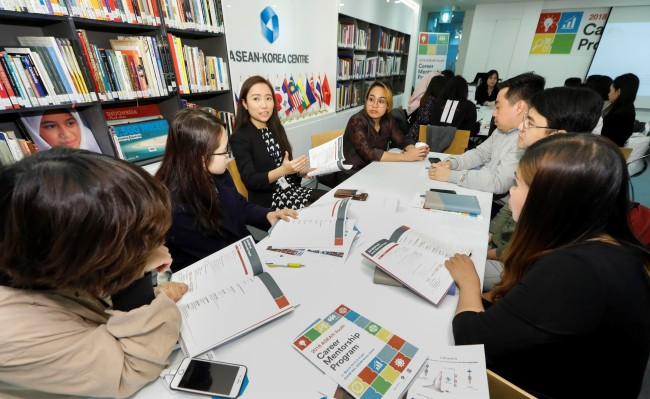 Students from the Association of Southeast Asian Nations listen to a staff member of the ASEAN-Korea Center as she mentors them on applying for jobs in Korea on March 31. (ASEAN-Korea Center)