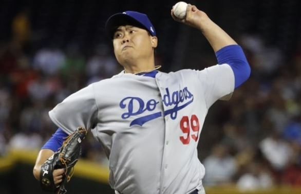 Ryu Hyun-jin of the Los Angeles Dodgers throws a pitch during the first inning of a major league regular season game against the Arizona Diamondbacks at Chase Field in Phoenix on April 2. (Yonhap-AP)