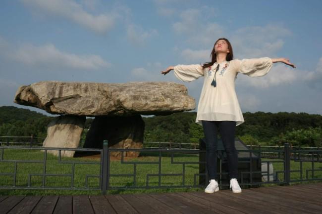 Pang Eun-mi communicates with nature's spiritual world at the Ganghwa Dolmen Heritage Site in Ganghwa-gun, Incheon. (Photo courtesy of Pang Eun-mi)