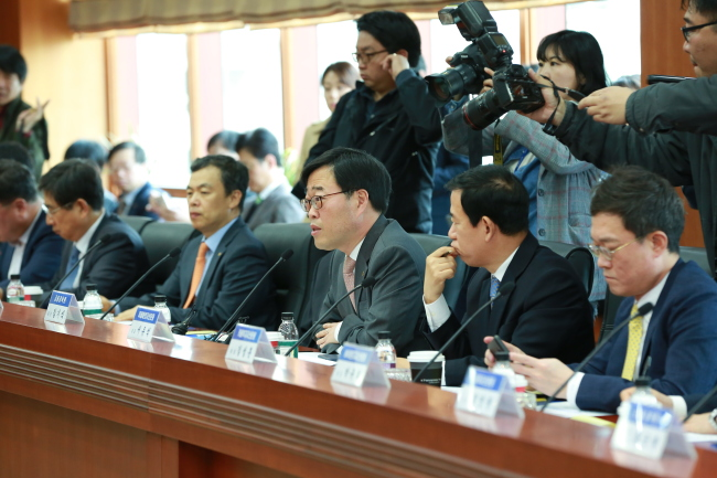 FSS Governor Kim Ki-sik delivers a speech before a closed-door meeting with chiefs of asset management firms started Friday. (FSS)