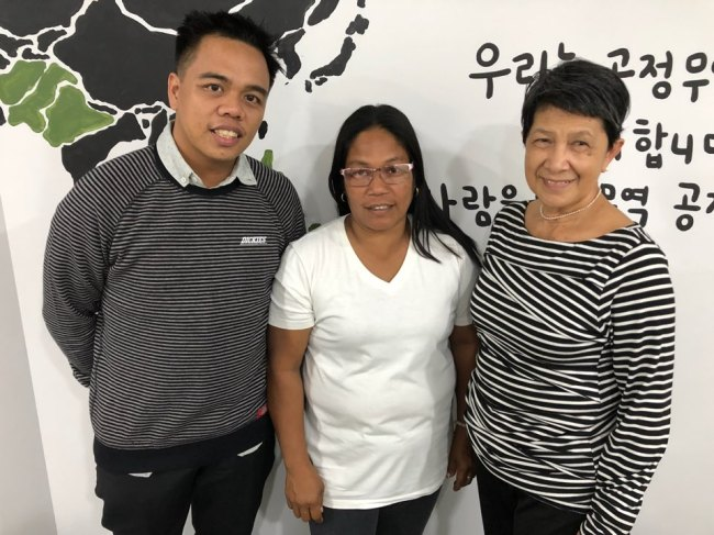 John Ian Alaenciaga, coordinator at Jalaur River for the People`s Movement (left), Remia Castor, a Filipina farmer from an indigenous community and Cynthia Deduro, executive director at Dagsaw Panay and Guimaras Indigenous People`s Network, pose for a photo at a cafe in Seoul after an interview with The Korea Herald on April 6. (Ock Hyun-ju/The Korea Herald)