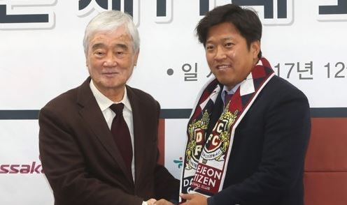 In this file photo from Dec. 1, 2017, Kim Ho (L), CEO of Daejeon Citizen football club, shakes hands with Ko Jong-soo, the team`s new head coach, during Ko`s inauguration ceremony at Daejeon World Cup Stadium in Daejeon, 160 kilometers south of Seoul. (Yonhap)