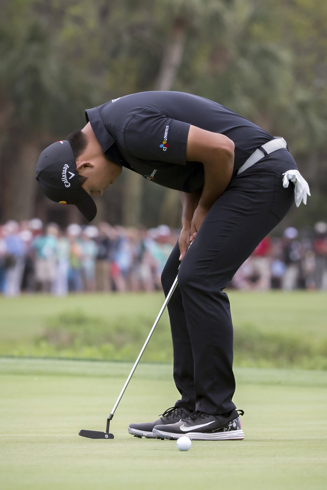 Kim Si-woo of South Korea reacts following a missed birdie putt on the 18th green during the final round of the 2018 RBC Heritage at Harbour Town Golf Links in Hilton Head, South Carolina, on April 15, 2018. (AP-Yonhap)