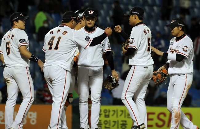 Members of the Hanwha Eagles celebrate their 15-4 win over the Kia Tigers in a Korea Baseball Organization game at Hanwha Life Eagles Park in Daejeon, 160 kilometers south of Seoul, on April 12, 2018. (Yonhap)
